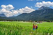 Mann und Frau wandern auf Lechweg, Lechtaler Alpen im Hintergrund, Weißenbach, Lechweg, Lechtal, Tirol, Österreich