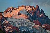 Meije im Gebiet Ecrins im Alpenglühen, vom Lac du Goléon, Nationalpark Ecrins, Dauphine, Dauphiné, Hautes Alpes, Frankreich