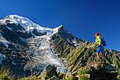 Frau steht auf Wiesenrücken und blickt auf Taconnaz-Gletscher und Mont Blanc, Pyramide, Mont Blanc, Grajische Alpen, Savoyer Alpen, Haute-Savoie, Frankreich