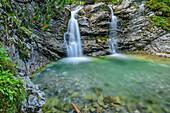 Lech fließt über Wasserfall in Gumpen, Lech, Lechweg, Lechquellengebirge, Vorarlberg, Österreich