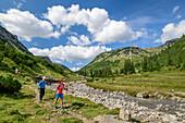 Mann und Frau wandern auf Lechweg, Lechweg, Lechquellengebirge, Vorarlberg, Österreich