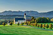 Kirche von Wilparting mit Mangfallgebirge im Hintergrund, Wilparting, Irschenberg, Oberbayern, Bayern, Deutschland