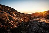 neblige Landschaft und Gegenlicht der untergehenden Sonne am Preikestolen auch Prekestolen, Lysefjord, Provinz Rogaland, Norwegen, Skandinavien, Europa