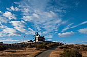 Besucher erklimmen den Hügel nach Fuerte Bulnes, einem restaurierten historischen Fort, etwa 60 Kilometer südlich von Punta Arenas, Magallanes y de la Antartica Chilena, Patagonien, Chile, Südamerika