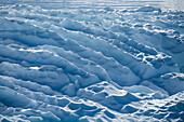 Gegenlicht hebt Kämme und Kräuselungen einer Eisscholle hervor, Wilhelmina Bay, Antarktische Halbinsel, Antarktis