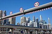 Autobahn, Highway, Metro, Sheikh Zayed Road, Hochhäuser, Dubai Marina, Dubai, VAE, Vereinigte Arabische Emirate
