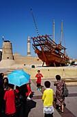 Touristen, Dubai Museum, Bur Dubai, Dubai, VAE, Vereinigte Arabische Emirate