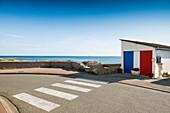 In französischen Nationalfarben angemalte Garage am Meer, Guilvinec, Finistere, Bretagne, Frankreich