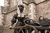 Statue of famous fish trader and prostitute Molly Malone in front of Trinity College in Dublin, at the corner of Grafton Street and Suffolk Street, Dublin, County Dublin, Ireland, Europe