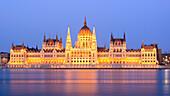 Parlamentsgebäude an der Donau in der Dämmerung, Budapest, Ungarn