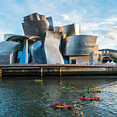 Kajakfahrer vor dem Guggenheim Museum, Bilbao, Spanie
