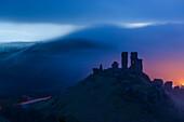 Corfe Castle früh am Morgen im dichten Nebel, Dorset, England
