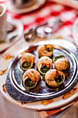 Escargots auf dem Tisch in La Mère Catherine Restaurant, Place du Tertre, Montmartre, Paris, Frankreich, Europa