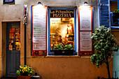 Ein Fenster der Pizzeria La Pétaudière, 7 Rue Norvins, Paris, Frankreich, Europa