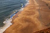 Abendsonne am weiten Sandstrand von Nazaré, Distrikt Leiria, Portugal, Europa