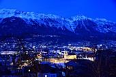 Abendlicher Blick auf Innsbruck mit Karwendel Gebirge, Tirol, Österreich