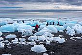 Touristen bestaunen die Gletscherlandschaft von Skaftafelljökull, Island, Europa