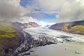 Die riesige Gletscherzunge Skaftafelljökull mündet in den Gletschersee, Island, Europa