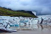 Die Gletscherzunge Svinafellsjökull im abziehenden Nebel, Island, Europa