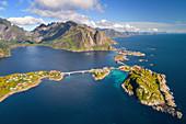 Luftaufnahme der Insel Moskenesoya mit Reine und Olstinden, Lofoten, Norwegen, Europa