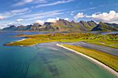 Luftaufnahme der Insel Moskenesoya mit Sandbotnen, Yttersand, Fredvang, Lofoten, Norwegen, Europa