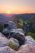Sonnenaufgang am Carolafelsen in der Sächsischen Schweiz, Elbsandsteingebirge, Deutschland, Europa