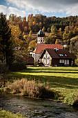 Kleine Kapelle mit Zwiebelturm an der Lauter, Biosphärengebiet Großes Lautertal, Schwäbische Alb, Baden-Württemberg, Deutschland