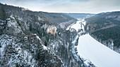 Blick vom Knopfmacherfels zum Kloster Beuron im Winter, Naturpark Oberes Donautal, Landkreis Sigmaringen, Schwäbische Alb, Donau, Baden-Württemberg, Deutschland