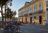 Restaurant in Tavira kurz vor Sonnenuntergang, Distrikt Faro, Region Algarve, Portugal, Europa