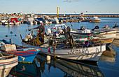 Fischerboote und ein Fischer, Hafen, Olhao, Naturschutzgebiet Ría Formosa, Distrikt Faro, Region Algarve, Portugal, Europa