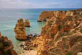 Steilküste am Praia da Marinha bei Carvoeiro, Atlantik, Distrikt Faro, Region Algarve, Portugal, Europa