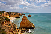 Steilküste und Strand Praia da Marinha bei Carvoeiro, Atlantik, Distrikt Faro, Region Algarve, Portugal, Europa