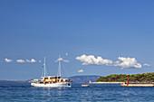 Motorsegler beim Auslaufen aus dem Hafen von Rab, Insel Rab, Primorje-Gorski kotar, Kvarner Bucht, Kroatien, Südeuropa, Europa
