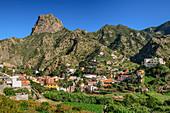 Häuser und Palmgärten von Vallehermoso mit Roque Cano, La Gomera, Kanarische Inseln, Kanaren, Spanien