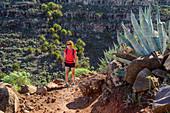 Frau beim Wandern steigt zu Las Pilas auf, Valle Gran Rey, La Gomera, Kanarische Inseln, Kanaren, Spanien