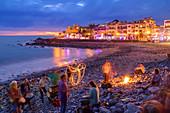 Trommler und Feuerschlucker am abendlichen Strand von La Playa, Valle Gran Rey, La Gomera, Kanarische Inseln, Kanaren, Spanien