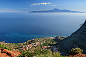 Tiefblick auf Ortschaft Agulo und Teneriffa mit Teide, UNESCO Welterbe Teide, vom Mirador de Abrante, La Gomera, Kanarische Inseln, Kanaren, Spanien