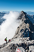 Bergsteiger auf dem Watzmanngrat zur Südspitze des Watzmann, Berchtesgadener Alpen, Berchtesgaden, Deutschland