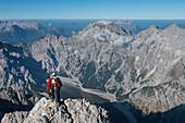 Bergsteiger auf dem Watzmanngrat, Blick zum Wimbachgries, Watzmann, Berchtesgadener Alpen, Berchtesgaden, Deutschland