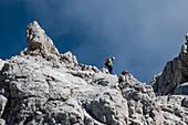 Bergsteiger beim Abstieg am Watzmanngrat, Watzmann, Berchtesgadener Alpen, Berchtesgaden, Deutschland