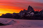 Blick auf den Fitz Roy in der Morgendämmerung, Nationalpark Los Glaciares, Patagonien, Argentinien