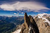 Wolkenwirbel im Himmel, Blick von den Grandes Jorasses Richtung Courmayeur, im Hintergrund Mont Blanc, Mont Blanc-Gruppe, Frankreich