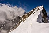Bergsteigerin auf dem Weg zum Gipfel der Grandes Jorasses, Mont Blanc-Gruppe, Frankreich
