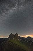 Der Gipfel Seceda unterm Sternenhimmel, Provinz Bozen, Trentino-Südtirol, Italien