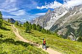 Mont-Blanc-Massiv mit Wanderer, Aostatal, Italien,