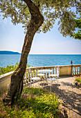 Terrasse mit Cafe Tisch am Gardasee, Lombardei, Italien