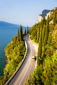 Malerische Straße SS45 an der Westseite des Gardasees, Brescia, Lombardia, Italien