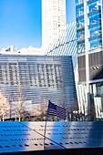 Gedenktafel mit eingravierten Namen, One World Trade Center, Lower Manhattan, New York City, USA