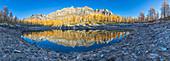 Panoramablick vom Nero See im Herbst unmittelbar nach dem Sonnenaufgang (Naturpark Buscagna-Tal, Provinz Verbano Cusio Ossola, Piemont, Italien, Europa)