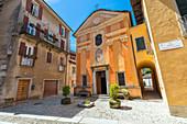 Der kleine Platz vor der Kirche von San Rocco in Orta San Giulio (Orta San Giulio, Ortasee, Provinz Novara, Piemont, Italien, Europa)